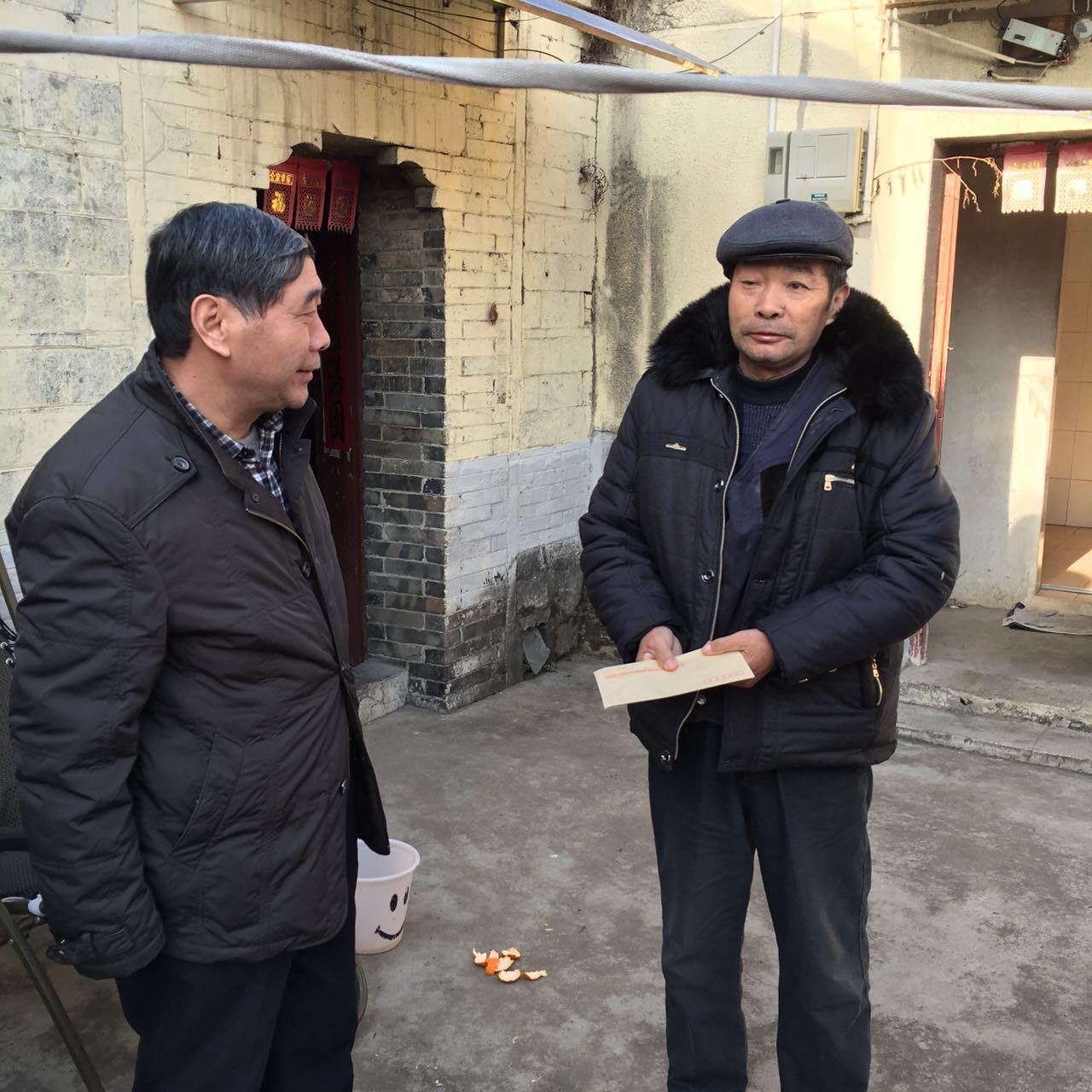 江宁高职校党员干部走进鹤龄社区慰问贫困群众